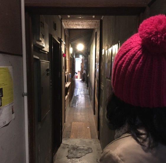 穿過長長的走廊,就能抵達「紙片」。