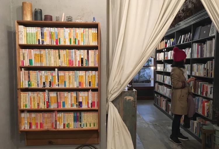 有一整櫃文庫本的書架。