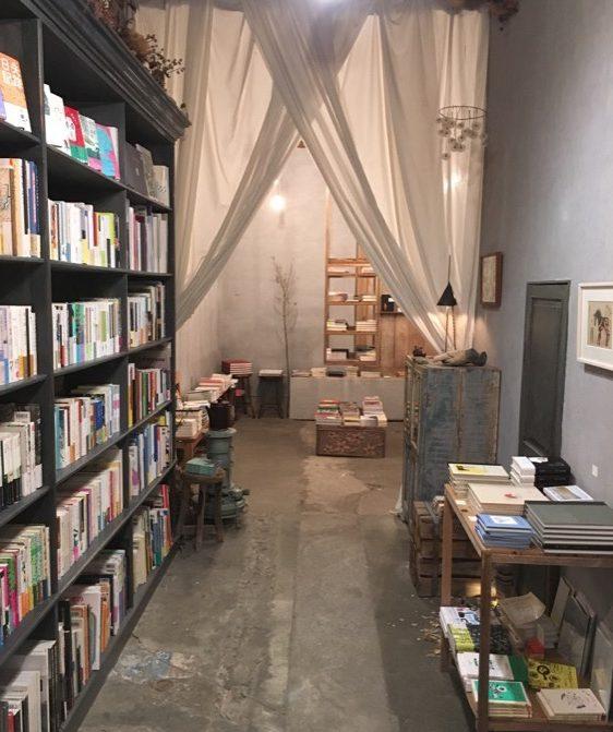 CD對面是書櫃,有詩集、攝影集、從街道看社會的書,還有我買《全新的無職》。