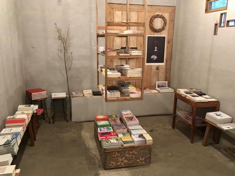 書店最深處空間,有時會辦展覽。《不要讓我餓肚子比較好》在中央架上。