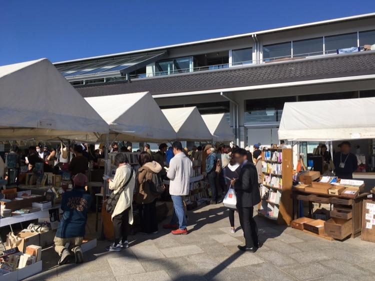 「書與尾道」市集在車站前的攤位。